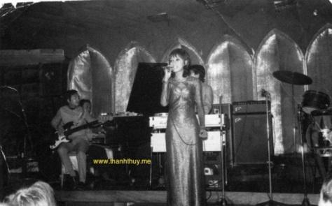 Pauline Ngọc năm 1970 tại hộp đêm Queen Bee cùng với Duy Khiêm (bass), Lê văn Thiện (piano), Cao Phi Long (organ).