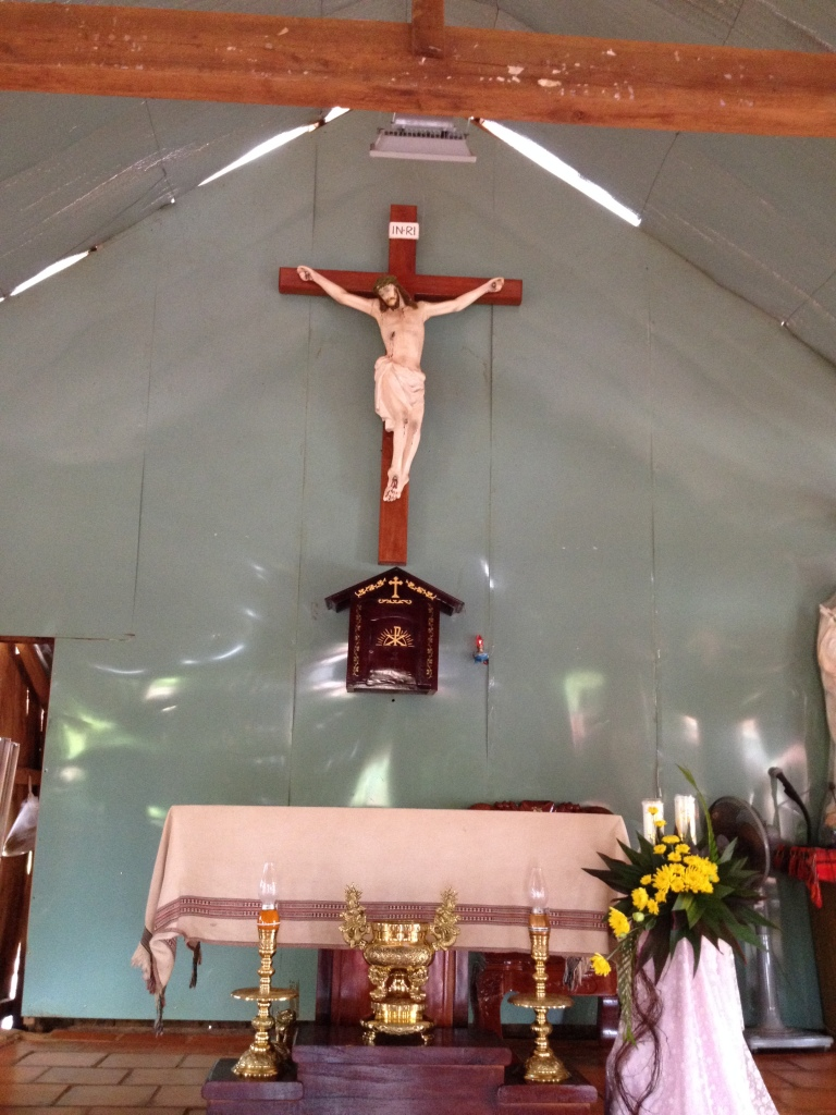 Gian cung thánh của nhà thờ giáo họ Sóc Bụi tre huyện Bù Đăng – tỉnh Bình Phước
