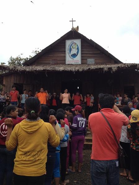 Các bố mẹ cùng sinh hoạt với đoàn từ thiện, ở sân trước nhà thờ giáo họ Sóc Bụi tre – Bù Đăng