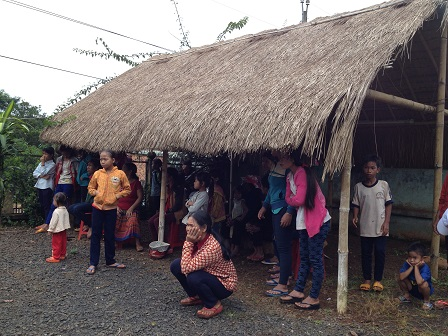 Một số mẹ ở trong nhà chờ trong khuôn viên nhà thờ giáo họ Sóc Bụi tre đợi đoàn từ thiện từ Hố Nai đến.