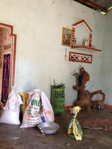 Gian phòng khách của gia đình bố mẹ Brao ở thôn Năm