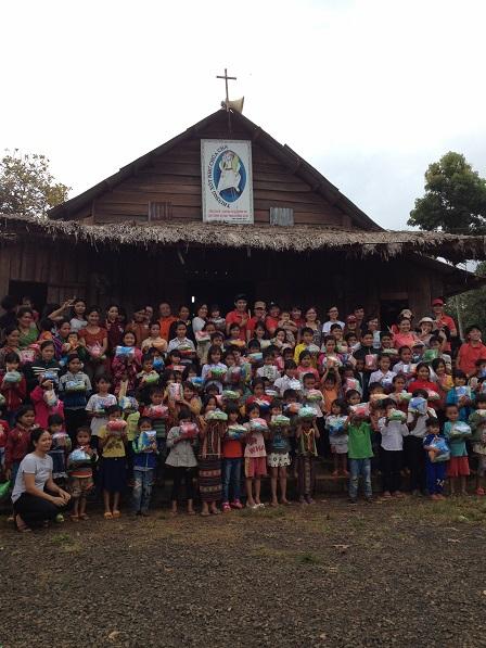 Các em thiếu nhi với phần quà Trung thu trên tay, trước nhà thờ giáo họ Sóc Bụi tre – Bù Đăng