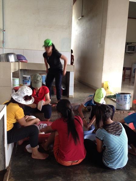 Các em tổ 1 học sinh Lưu trú tổng vệ sinh chén đĩa chiều thứ năm.