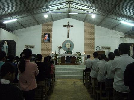 Ảnh anh em Buôn Làng tham dự thánh lễ buổi chiều ngày thường.