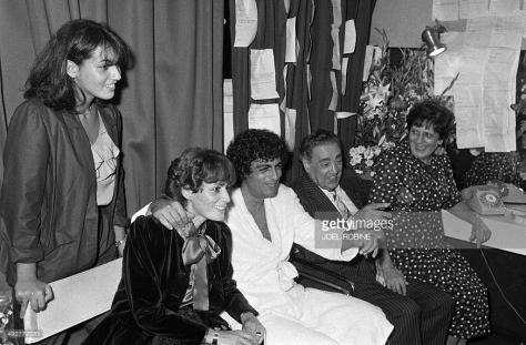 Enrico Macias cùng với vợ con và cha mẹ trong phòng dressing room của ông trong Hí Viện Olympia, nơi ông trình diễn.