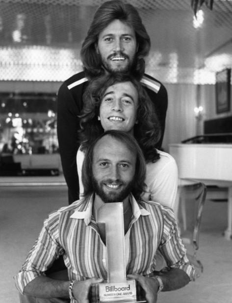 """""""The Bee Gees"""" - từ trên xuống dưới: Barry Gibb, Robin Gibb, Maurice Gibb."""