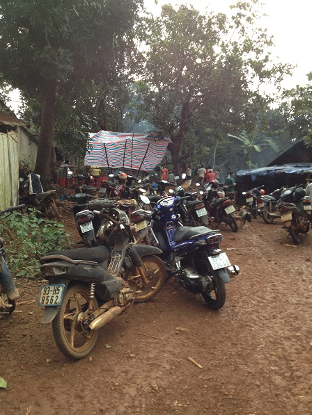 1. Xe máy trước sân nhà đám tang bà Điểu Thị Ú.