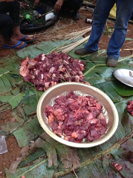 10. Thịt được xâu vào những sợi lạt, để chia cho họ hàng trong đám tang bà Ú
