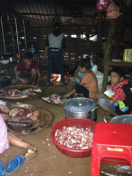 2. Thịt heo trong gian nhà bếp nhà đám tang
