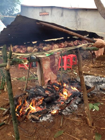 3. Đang nướng thịt bò ở sân sau nhà đám tang