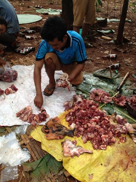 9. Thịt đang được chia trong dây lạt, ở đám tang bà Ú.