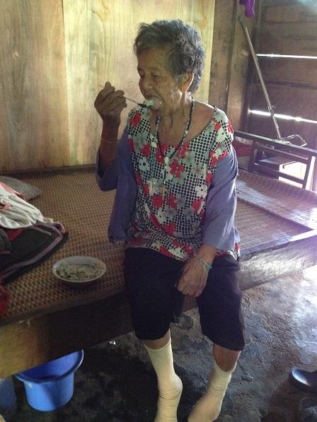 1/ Bà ngoại Bai 89 tuổi bị tai biến nhẹ, tự xúc cơm ăn.