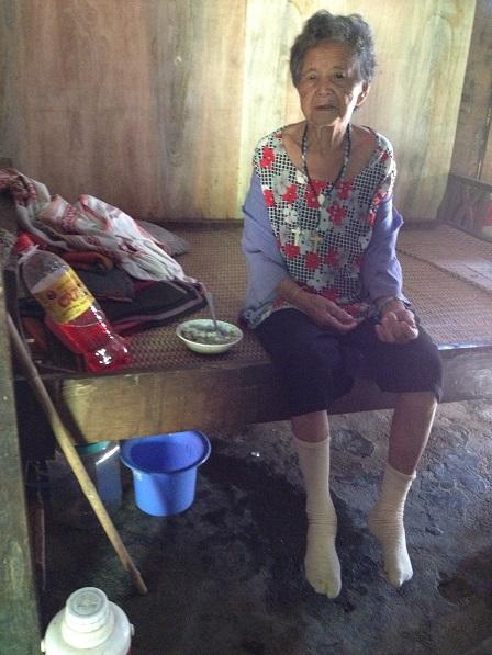 2/ Gia tài của bà ngoại Bai ở trên và dưới gầm giường.