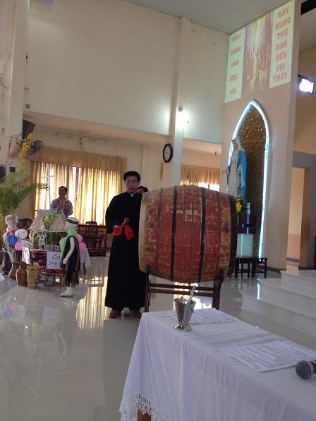 Sáng Chúa nhật ngày 25/ 09/ 2016 trong buổi lễ khai giảng năm học giáo lý, cha đặc trách giáo xứ đánh trống khai giảng năm học giáo lý NK. 2016 – 2017 tại giáo xứ Bù Đăng.