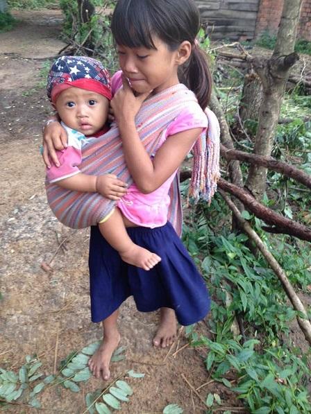 Em Phúc con của bố mẹ Razen ở thôn Năm địu em đi chơi