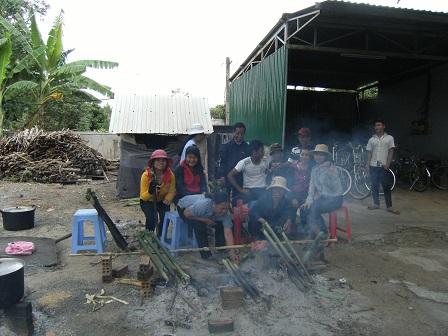 1/ Ảnh các bố mẹ nướng cơm lam phía sau nhà xứ trong ngày đại lễ.