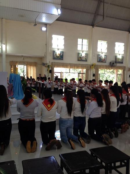 2/ Trong thánh lễ ngày 25/ 09/ 2016 toàn thể Giáo Lý Viên của giáo xứ Bù Đăng, quỳ trên cung thánh để tuyên hứa.