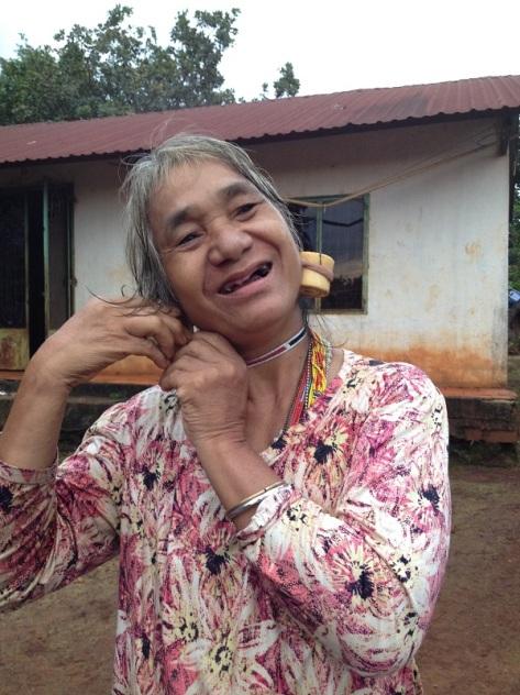 Mẹ Mâm đang đeo đôi bông tai ngà voi