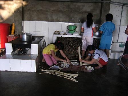 2/ Ảnh các em Lưu trú đang chia hai ống cơm lam. Món ăn đặc sản của anh em đồng bào sắc tộc.