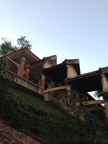 Khung cảnh Đan viện Thiên Hòa – Gp. Bmt. Căn nhà cao nhất bên trái là nhà nguyện Đan Viện Thiên Hòa.