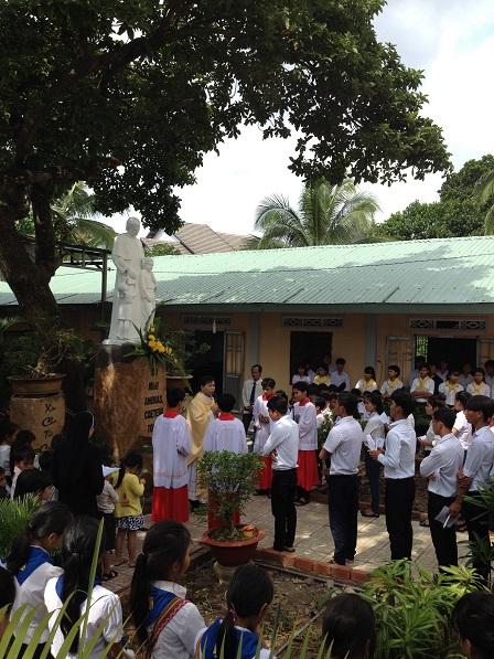 Sau thánh lế Thiếu nhi sáng Chúa nhật ngày 25/ 09/ 2016, Cha đặc trách làm phép tượng đài Thánh Gioan Bosco trong khuôn viên nhà thờ giáo xứ Bù Đăng.