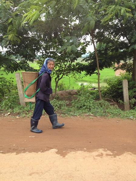 2/ Mẹ Sốp sáng sớm đeo gùi trên đường đi lượm phân bò.
