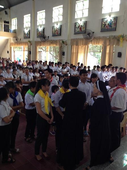 2/ Các em khối Kinh Thánh được đeo khăn quàng màu vàng.