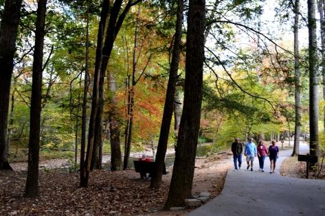 Du khách vào xem khu di tích lịch sử Khu Bảo Tàng Elks phía sau trung tâm.
