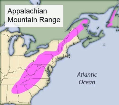 Như bản đồ trên đây cho thấy, dãy Appalachian (màu hồng) chạy song song với bờ Đông nước Mỹ, bắt đầu từ cực Bắc là tiểu bang Maine xuống đến các tiểu bang Alabama và Mississippi ở cực Nam, tổng cộng dài khoảng 3.500 km.
