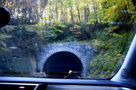 Xuyên qua một đường hầm. Blue Ridge Parkway có 26 đường hầm xuyên qua núi như thế này.