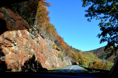 Vách đá này dài ơi là dài. Chắc cũng phải chừng .5 km hoặc hơn.
