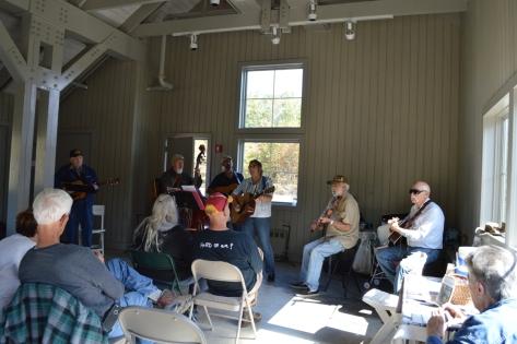Hôm nay có ban nhạc trình diễn cho du khách thưởng thức.