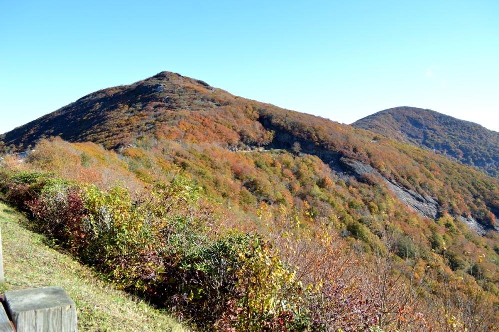 Nhìn từ bên trái. Các bạn có nhìn thấy đường hầm xuyên qua núi ngay giữa ảnh?