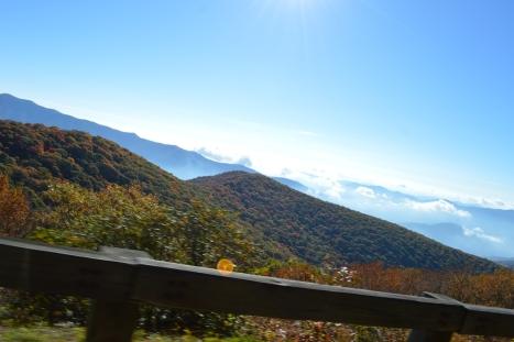 Nhìn lại đoạn đường đèo vừa vượt qua dưới thấp và dãy núi bên tay phải.