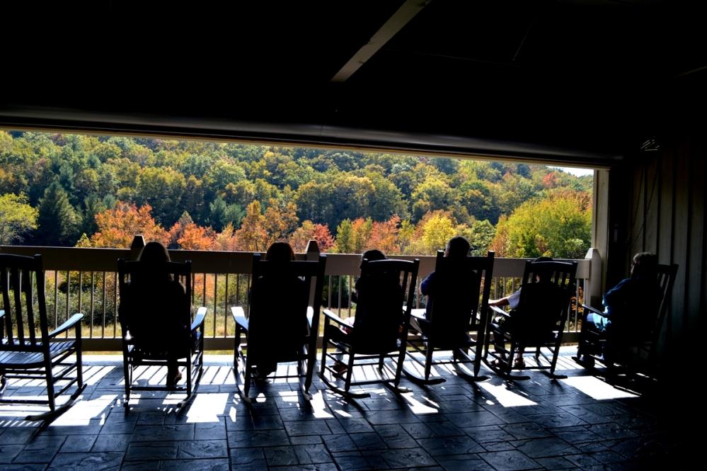 Trung tâm còn dành riêng một khu vực cho du khách ngồi ngắm phong cảnh trên dàn ghế lắc. Anh Hoành nhà mình ngồi ghế thứ hai tính từ bên phải.