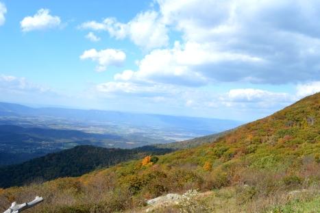 Nối theo chân núi xuống thung lũng.