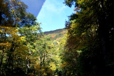 Rặng núi dày mù mịt.
