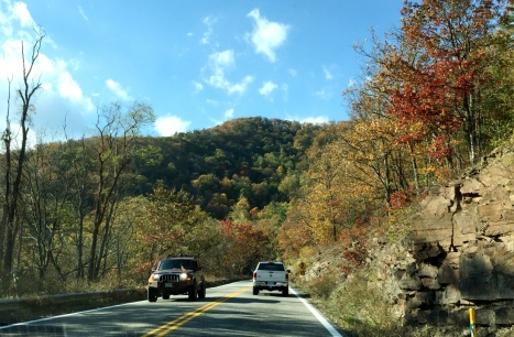 Xuống đên đây thì dãy núi trước mặt lá còn loáng thoáng màu xanh.