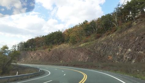 Vách đá có đường vạch xéo.