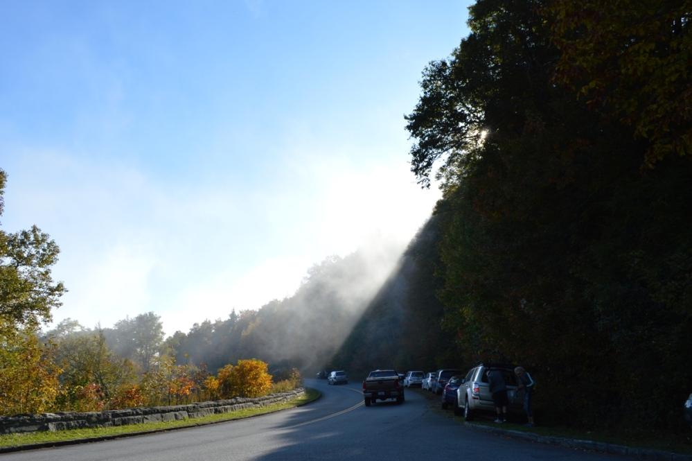 Rốt cuộc mây mù đành phải nhường chổ cho mặt trời và từ từ tan.