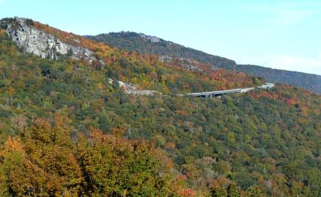 Đây là một trong những khu vực mà mình thích nhất trên Blue Ridge Parway. Các bạn có nhìn thấy các xe auto đang chạy trên duct?