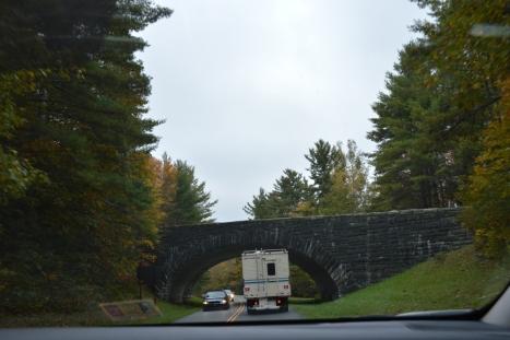 Blue Ridge Parway có 6 cầu vượt ngang đường như thế này.