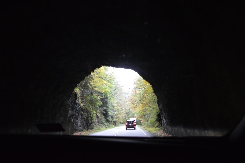 Ngoài cửa ra của đường hầm mây mù bao phủ.