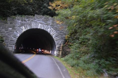 Chui vào đường hầm đôi.