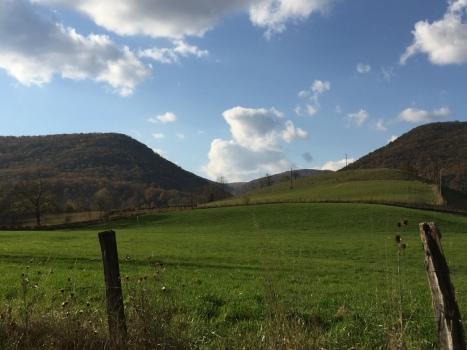 Đồng cỏ tuyền màu xanh giữa hai dãy núi.