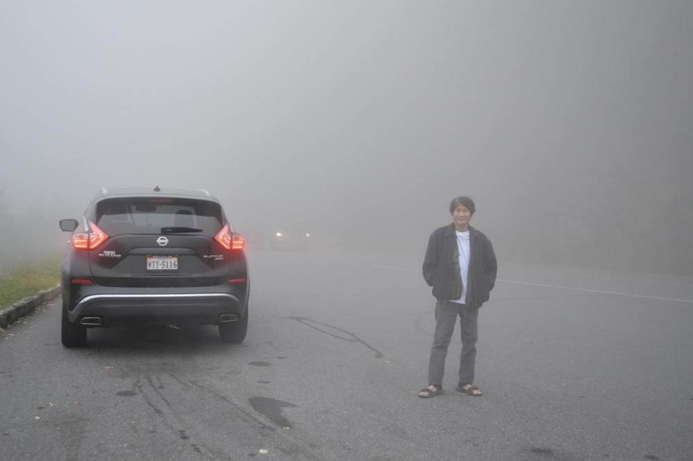 Đến điểm dừng lại này thì chỉ còn nhìn thấy được mờ mờ chừng đâu 5m phía trước. các bạn có nhìn thấy hai đèn của chiếc xe auto đang đi ngược chiều với mình?