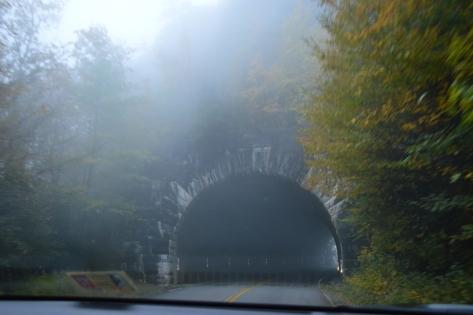 Đường hầm trong mây mù. Một trong 26 đường hầm xuyên qua núi trên Blue Ridge Parkway.