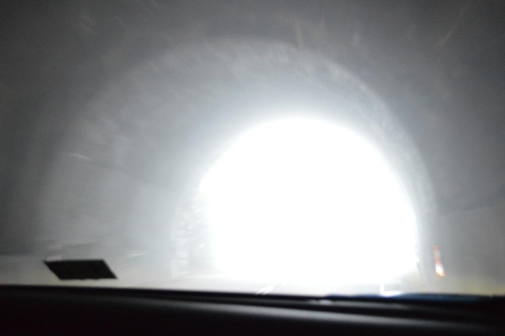 Bên trong và bên ngoài cửa ra đều bị mây mù bao phủ.