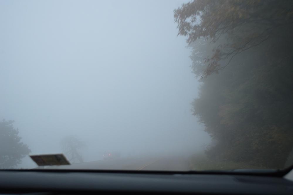 Phải đi trong mây mù không biết bao nhiêu km thì mới thấy điểm dừng lại này. Các bạn có nhìn thấy một chiếc xe auto màu trắng đang dừng lại phía dưới giữa ảnh?