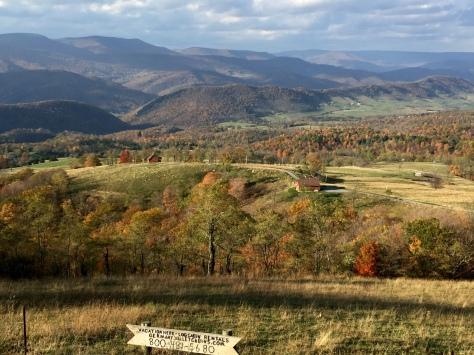Tiếp tục qua phải. Các bạn có nhìn thấy các căn nhà cabin dành cho du khách thuê dưới thung lũng?